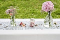 Fiorisce la messa a punto all'aperto della decorazione delle regolazioni per nozze con il fiore colorato rosa Immagini Stock Libere da Diritti