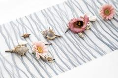 Fiorisce la messa a punto all'aperto della decorazione delle regolazioni per nozze con il fiore colorato rosa Immagine Stock