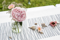 Fiorisce la messa a punto all'aperto della decorazione delle regolazioni per nozze con il fiore colorato rosa Fotografia Stock