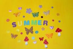 Fiorisce le farfalle sui fiori luminosi caldi gialli di un sole dell'estate Fotografia Stock