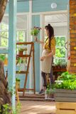 Fiorista che mette il vaso di fiore sopra per accantonare supporto fotografia stock libera da diritti