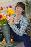 Fiorista femminile del ritratto che sorride nel negozio di fiore Fotografie Stock
