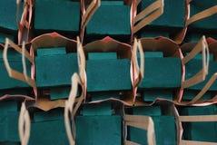 Fiorista Foam Equipment in canestri di carta Proces floristico Fondo del lavoro fotografia stock