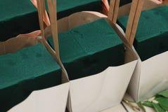 Fiorista Foam Equipment in canestri di carta Proces floristico Fondo del lavoro fotografia stock libera da diritti