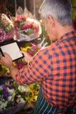 Fiorista maschio che prende foto del mazzo del fiore Immagini Stock Libere da Diritti