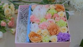 Fiorista professionista che fa il contenitore di regalo con i fiori al deposito di fiore archivi video