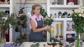 Fiorista professionista sul lavoro nel negozio di fiore video d archivio