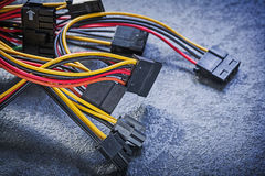 Fios bondes com os conectores na eletricidade preta do fundo imagens de stock royalty free