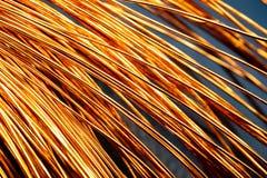 Fios brilhantes de cobre da abstração em um grande número arco curvado fotos de stock