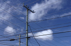 Fios, céu e nuvens Fotografia de Stock