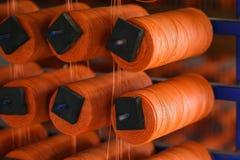 Fios coloridos em prateleiras de madeira, algodão, lã, linha de linho, fios do multifilament do polipropileno imagens de stock