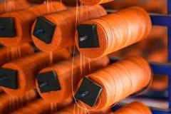 Fios coloridos em prateleiras de madeira, algodão, lã, linha de linho, fios do multifilament do polipropileno imagens de stock royalty free