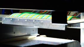 Fios coloridos na máquina de trabalho vídeos de arquivo