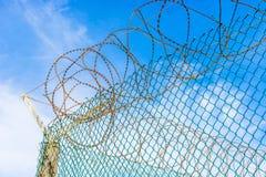 Fios da cerca e da farpa na prisão da ilha de Robben imagens de stock
