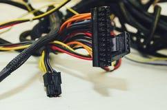 Fios da conexão do computador no fundo branco Close-up, foco seletivo fotografia de stock royalty free