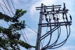 Fios de alta tensão e equipamento elétrico em polos concretos fotografia de stock