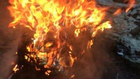 Fios de cobre bondes ardentes no vídeo do lento-movimento do fogo filme