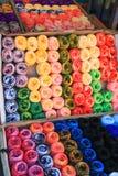 Fios de lãs Multicoloured na tenda mexicana do mercado fotos de stock