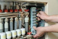 Fios de sinal do interruptor no controle home do sistema de aquecimento do ` s imagens de stock