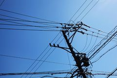 Fios de telefone na silhueta contra um céu azul foto de stock royalty free