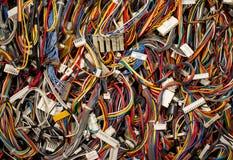 Fios dos cabos e conectores coloridos do computador e do ne do Internet foto de stock royalty free