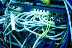 Fios dos conectores do roteador do Internet, servidor de rede no centro de dados moderno imagens de stock royalty free