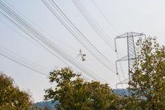 Fios e torre de alta tensão da eletricidade fotografia de stock