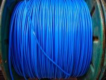 Fios elétricos azuis no mercado para a venda foto de stock