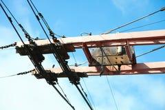Fios elétricos contra o céu imagens de stock