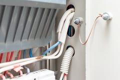 Fios que conectam a linha elétrica principal com um medidor da eletricidade do apartamento no protetor elétrico fotografia de stock