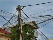 Fios torcidos de uma linha elétrica fotografia de stock