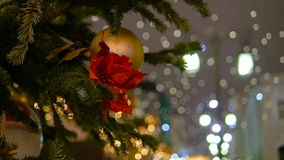 Fir-tree Χριστουγέννων που διακοσμείται με τη νέα σφαίρα έτους ` s απόθεμα βίντεο