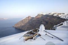 Fira全景 Thira全景海视图 希腊圣托里尼海岛在基克拉泽斯 在一个大阳台的老小船有在破火山口的看法, 库存照片