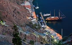 Fira口岸在圣托里尼,希腊的夜场面 免版税图库摄影