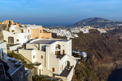 Fira和先知伊莱亚斯峰顶,圣托里尼海岛,锡拉,希腊镇的惊人的全景  免版税库存图片