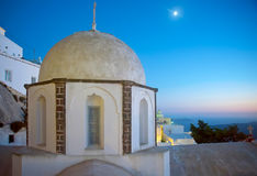 Fira教会圆屋顶在晚上 免版税库存照片
