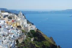Fira镇和深蓝色海圣托里尼 免版税库存照片