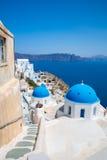 Fira镇-圣托里尼海岛,克利特,希腊看法 导致下来与清楚的蓝天的美丽的海湾的白色具体楼梯和 免版税库存图片