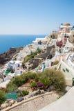 Fira镇-圣托里尼海岛,克利特,希腊看法 导致下来与清楚的蓝天的美丽的海湾的白色具体楼梯和 图库摄影