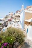 Fira镇-圣托里尼海岛,克利特,希腊看法 导致下来与清楚的蓝天的美丽的海湾的白色具体楼梯 图库摄影