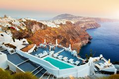 Fira,圣托里尼海岛,日落的希腊的首都 免版税图库摄影