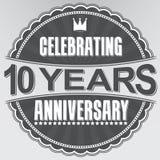Fira 10 år retro etikett för årsdag, vektorillustratio Arkivbilder