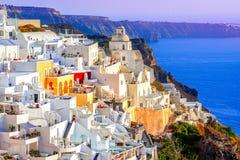 Fira, île de Santorini, Grèce : Maisons blanches traditionnelles et célèbres au-dessus de la caldeira images stock