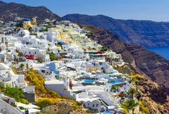 Fira, île de Santorini, Grèce : Maisons blanches traditionnelles et célèbres au-dessus de la caldeira photos stock