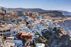 Fira, η πρωτεύουσα του νησιού Santorini, Ελλάδα Παραδοσιακή αρχιτεκτονική στον απότομο βράχο Στοκ Φωτογραφίες