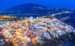 Fira, νησί Santorini, Ελλάδα Επισκόπηση της πόλης cliffside Thira, Fira με το παραδοσιακό και διάσημο λευκό στοκ φωτογραφία με δικαίωμα ελεύθερης χρήσης