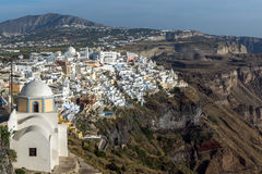 对Fira和先知伊莱亚斯峰顶,圣托里尼海岛,锡拉,希腊镇的全景  库存照片