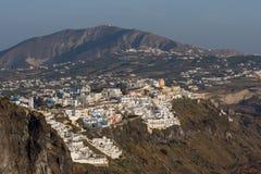 对Fira和先知伊莱亚斯峰顶,圣托里尼海岛,锡拉,希腊镇的惊人的看法  免版税库存照片