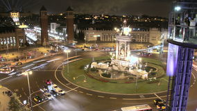 Fira de Barcelona fyrkantfolkmassa på natten 4k arkivfilmer