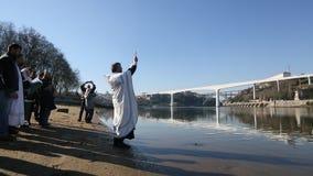 Fira dop av den Jesus och Epiphanybadningen i den Douro floden i församlingen av den ryska ortodoxa kyrkan arkivfilmer